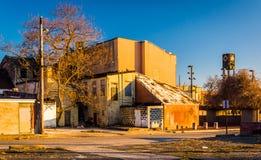 As construções abandonadas aproximam a alameda velha da cidade, em Baltimore, Maryland fotos de stock