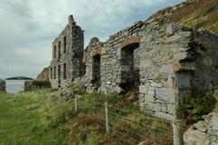 As construções arruinadas abandonadas da fábrica da porcelana velha de Llanlleiana trabalham em Llanbadrig foto de stock royalty free