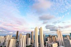 As construções da skyline em um dia cor-de-rosa do por do sol do céu na boa Viagem encalham, Recife, Pernambuco, Brasil imagem de stock