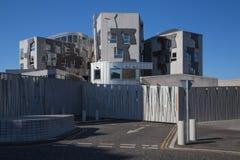 As construções da torre e a entrada veicular do complexo do parlamento escocês imagens de stock