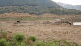 As construções destruídas desperdiçam sobre a terra após a inundação, Creta, Grécia vídeos de arquivo