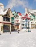 As construções e os alojamentos coloridos do esqui de Mont Tremblant, Quebeque, imagens de stock royalty free