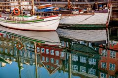 as construções e os barcos históricos refletiram na água calma, Copenhaga, Dinamarca Foto de Stock Royalty Free