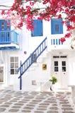 As construções locais estão na aleia pequena da cidade de Mykonos, Grécia Fotografia de Stock Royalty Free