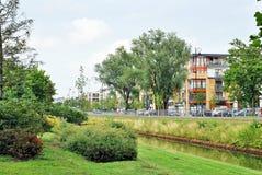 As construções modernas aproximam o parque, Fotografia de Stock