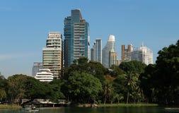 As construções modernas aumentam na capital tailandesa imagens de stock