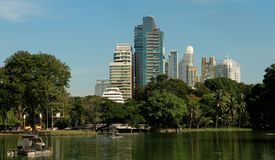 As construções modernas aumentam na capital tailandesa fotos de stock royalty free