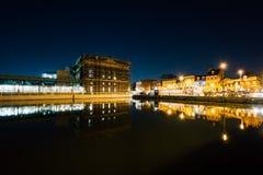 As construções na margem abatem dentro o ponto na noite, em Baltimor foto de stock