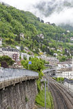 As construções no montanhês e são abaixo railway Fotografia de Stock Royalty Free