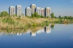 As construções refletem na água imagens de stock