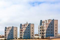 As construções turísticas modernas de Dolfynstrand recorrem no beira-mar foto de stock royalty free