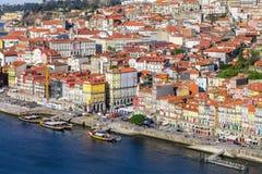 As construções coloridas típicas do distrito de Ribeira e do rio de Douro na cidade de Porto Fotos de Stock