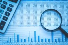 As contas bancárias da planilha que explicam com conceito da calculadora e da lupa a investigação financeira da fraude examinam a imagem de stock