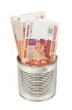 As contas do rublo de russo no metal podem no fundo branco Fotografia de Stock Royalty Free