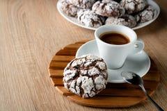 As cookies apetitosas deliciosas do chocolate racharam-se em uma placa em um w Foto de Stock