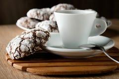 As cookies apetitosas deliciosas do chocolate racharam-se em uma placa em um w Imagens de Stock