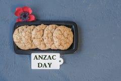 As cookies australianas Anzac com dia de Anzac assim que nós não esquecem Imagens de Stock Royalty Free