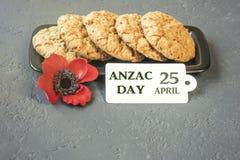 As cookies australianas Anzac com dia de Anzac assim que nós não esquecem Foto de Stock Royalty Free