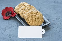 As cookies australianas Anzac com dia de Anzac assim que nós não esquecem Imagem de Stock Royalty Free