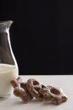As cookies bávaras congelaram com pó do açúcar com um jarro de leite imagem de stock royalty free