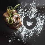 As cookies bávaras congelaram com pó do açúcar no fundo preto fotografia de stock