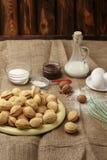 As cookies caseiros deram forma a porcas com leite condensado fervido creme na tabela de madeira Estilo rústico imagens de stock royalty free
