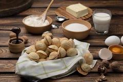 As cookies caseiros deram forma a porcas com leite condensado fervido creme na tabela de madeira Estilo rústico imagem de stock royalty free