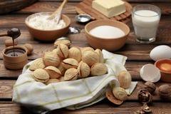 As cookies caseiros deram forma a porcas com leite condensado fervido creme na tabela de madeira Estilo rústico fotografia de stock royalty free
