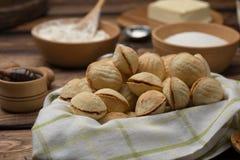 As cookies caseiros deram forma a porcas com leite condensado fervido creme na tabela de madeira Estilo rústico imagens de stock