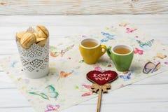 As cookies caseiros deram forma a porcas com leite condensado fervido creme no fundo branco Chá com doces Dia do `s do Valentim imagens de stock