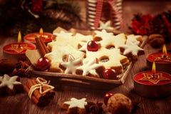 As cookies caseiros no vintage procuram o Natal Fotos de Stock Royalty Free