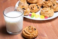 As cookies cozeram em casa por um vidro amador, seguinte do leite fotos de stock