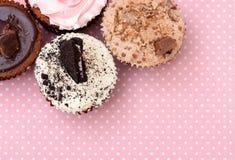 As cookies da morango do chocolate e o copo de creme endurecem no pano vintagetable Fotos de Stock