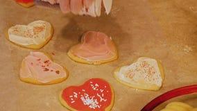 As cookies de açúcar caseiros saborosos do Valentim da avó, feitas com amor e frescas fora do forno, são geadas e decoradas filme
