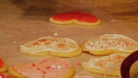 As cookies de açúcar caseiros saborosos do Valentim da avó, feitas com amor e frescas fora do forno, são geadas e decoradas video estoque