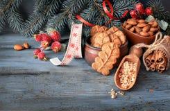 As cookies de amêndoa na pá de madeira do larde com porcas da amêndoa, adoçam Imagens de Stock
