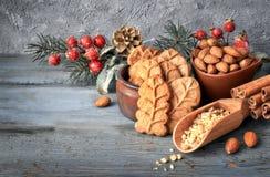 As cookies de amêndoa na pá de madeira do larde com porcas da amêndoa, adoçam Fotografia de Stock Royalty Free