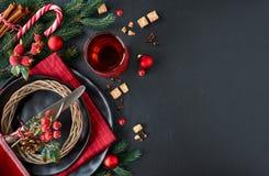 As cookies de amêndoa na pá de madeira do larde com porcas da amêndoa, adoçam Fotos de Stock Royalty Free