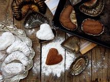 As cookies de biscoito amanteigado checas pracny são cozidas em moldes de metal Fotos de Stock