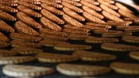 As cookies de biscoito amanteigado recentemente cozidas saem do forno filme