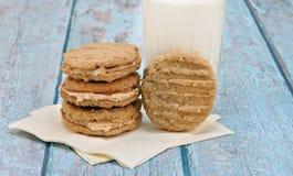 As cookies de farinha de aveia da manteiga de amendoim encheram-se com o creme da manteiga de amendoim foto de stock royalty free