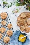 As cookies de farinha de aveia esfriam em uma grade em um vertical de mármore da tabela imagem de stock royalty free