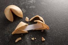 As cookies de fortuna chinesas, uma são rachadas com deslizamento de papel vazio FO fotos de stock royalty free