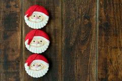 As cookies deliciosas do Natal com Santa Claus enfrentam Imagem de Stock