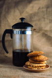 As cookies deliciosas e um café pressionam no fundo Imagem de Stock