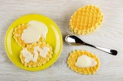 As cookies derramaram no leite condensado em uns pires, colher de chá, pilha de cookies na tabela Vista superior imagens de stock