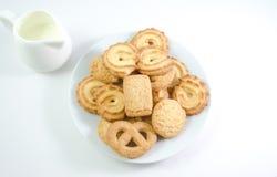 As cookies dinamarquesas seved com o jarro de leite no backgro branco Imagens de Stock Royalty Free