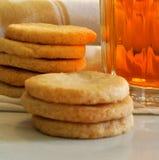 As cookies dirigem cookies de açúcar feitas da baunilha com chá de gelo Foto de Stock Royalty Free