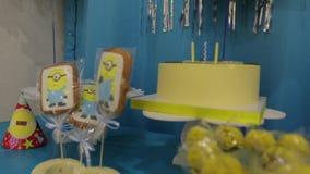 As cookies do bolo de aniversário vídeos de arquivo