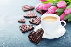 As cookies do chocolate com polvilham para o dia de Valentim imagens de stock